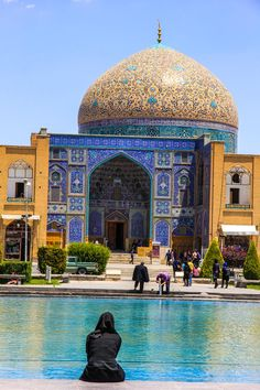 One of the most beautiful places in the whole world for the traveller from Norway is Esfhahan in Iran Persian Architecture, Beautiful Architecture, Art And Architecture, Beautiful Mosques, Most Beautiful Cities, Places To Travel, Places To Visit, Teheran, Iran Travel