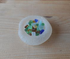 Genuine sea glass, extra small sea glass collection on bottle bottom , multi color sea glass on display ,gift box. di lepropostedimari su Etsy