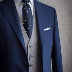 A great way to change up your navy suit guys. Throw a grey vest in there and make a three piece. Pho - estuniga #suitsmen2018