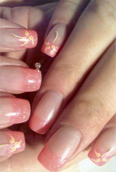 Korallenfarbige Nails mit Piercing