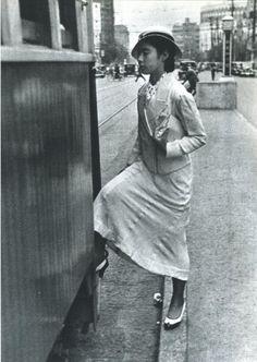 1932年(昭和7年)。東京のどこかはわかりませんが、当時の最新型ファッションに身を包んだモダンガールが路面電車に乗り込む所です。明治・大正・昭和の写真(@polipofawysu)さん | Twitter
