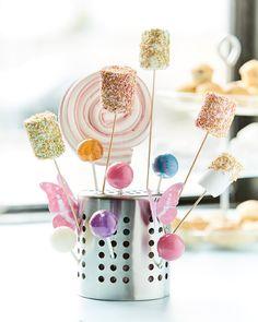 Uno scolaposate ORDNING capovolto e utilizzato come sostegno per cake pops e lecca lecca - IKEA