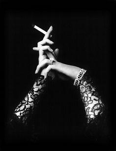 Foco nas mãos de Anne <3  (Cigarette advertisement, 1933)