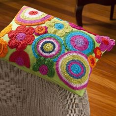 Capa de Almofada Rodas e Flores - 100% Sarja / Crochê - Bordado à mão. Produto Exclusivo Alfaias, por R$169