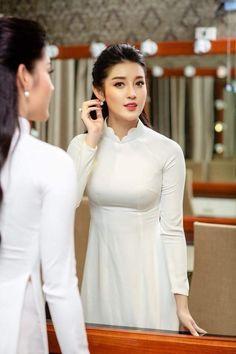 See More in Piniterest Vietnamese Traditional Dress, Vietnamese Dress, Traditional Dresses, Vietnamese Clothing, Ao Dai, Vietnam Girl, Beauty Full Girl, Beautiful Asian Women, Asian Woman