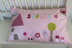 Liebevoll und sehr aufwändig gestaltetes Kissen in rosa-weiß gestreift aus hochwertigen Stoffen und Häkelapplikationen. Aufwändig gearbeitet: mit ...
