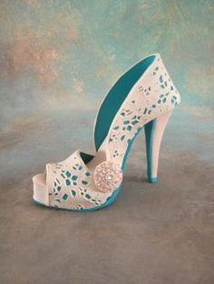 Fondant/gumpaste shoe cake topper - Cake by Iris Rezoagli - CakesDecor