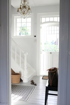 Impress your guest at the first sight with a perfect entryway design. Entry Stairs, Entry Hallway, White Hallway, White Staircase, Door Entry, Estilo Country, Country Style, Sweet Home, Interior And Exterior