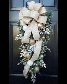 Gold Christmas Decorations, Christmas Swags, Xmas Wreaths, Christmas Door, Outdoor Christmas, Christmas Holidays, Christmas Ornaments, Burlap Christmas, Primitive Christmas