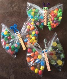 Leuke vlinder traktatie met verschillende snoepjes. Een gestippelde wasknijper. Pioneer School Gifts, Diy And Crafts, Crafts For Kids, Easy Easter Crafts, Butterfly Party, Candy Crafts, Diy Birthday Decorations, Easter Candy, Party Bags