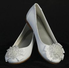 Details These girls flats are perfect for a First Communion, Flower Girl or any special occasion. These flats are extra special because they come with a crystal beadbow. Infant sizes have a strap so e First Communion Shoes, Holy Communion Dresses, First Communion Party, Communion Cakes, First Holy Communion, White Dress Shoes, Flat Dress Shoes, Flat Shoes, White Flats