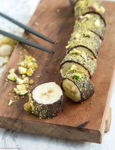 Chocolate Banana Sushi (Just 3 Ingredients!) Pistachio Chocolate Banana Sushi – All you need is just 3 ingredients and 15 minutes to make this easy dessert that is naturally gluten-free, dairy-free and vegan! Recipe by Healthy Treats, Healthy Desserts, Easy Desserts, Delicious Desserts, Dessert Recipes, Yummy Food, Cake Recipes, Vegan Sweets, Healthy Homemade Snacks