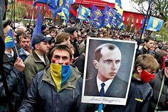Via Laurent Brayard Manifestation de démocrates en #Ukraine avec un portrait de #Bandera, #Ukraine brune