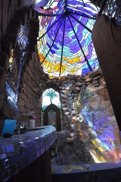 earthship bathroom with stained glass skylight Maison Earthship, Earthship Home, Earthship Design, Glass Ceiling, Glass Roof, Earth Homes, Design Moderne, Interior Exterior, Interior Design