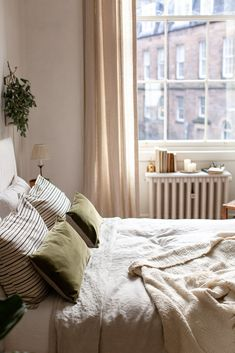 natural calm bedroom decor with linen and velvet Uni Bedroom, Warm Bedroom, Room Ideas Bedroom, Small Room Bedroom, Bedroom Inspo, My Room, Bedroom Decor, Calming Bedroom Colors, Beautiful Bedrooms