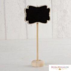 Pizarra con pie y tiza. Perfecta para poner sobre la mesa de invitados con sus nombres o mensajes. El pie de madera le da la suficiente altura para utilizarlo como indicador. #regalospersonalizados #articulospromocionales #regalospersonales #regalospublicitarios #regalosdeempresa #regalospublicitariosbaratos #regalospromocionales #articulospublicidad #regalospersonalizadosbaratos #merchandisingparaempresas Table Lamp, Baby Shower, Paper, Home Decor, Wood, Custom Balloons, Original Gifts, Appetizers Table, Babyshower