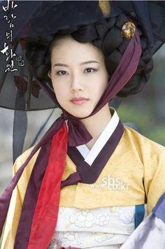 Gisaeng in Hanbok - Korea / portraits / faces of the world Korean Hanbok, Korean Dress, Korean Outfits, Cultures Du Monde, World Cultures, Korean Traditional Dress, Traditional Dresses, We Are The World, People Of The World