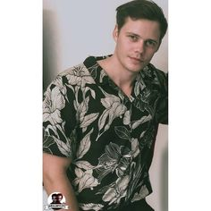 He's so perfect, especially in flowery shirts. Bill Skarsgard Pennywise, Roman Godfrey, Henry Cavill, My Man, Beautiful Men, Canon, Bae, Honey, Celebs