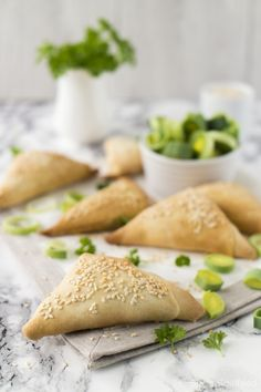 Filoteigtaschen with leek and feta - ~ RECIPES ~ Pastry * Quiche * Pies * ~ - FingerFood İdeen Quiches, Feta, Tapas, Filo Pastry, Snacks Für Party, Fabulous Foods, Greek Recipes, Finger Foods, Food Inspiration