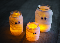 """Easy DIY Halloween Decorations with Recycled Jars """" These cute mummy jars would be a great way to light the way for your trick or treaters. Halloween Tags, Casa Halloween, Halloween Birthday, Adornos Halloween, Manualidades Halloween, Entrada Halloween, Halloween Crafts For Toddlers, Jar Lights, Diy Halloween Decorations"""