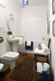 salle de bains avec carrelage de sol en bois et sanitaire blanc