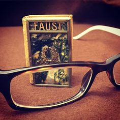 Time to get the spectacles out - it's #tinytuesday again! This is yet another delightful miniature book from Einar Hansen Library - how we love this collection! ✨(Johann Wolfgang von Goethe 'Faust', Leipzig; Schmidt & Günther, 1907) #tiny #miniature #miniaturebook #tinybook #mini #minibook #miniatyr #faust #goethe #beautifulbooks #beautifulbookcovers #glasses #universitetsbiblioteket #lunduniversitylibrary #bookcover #bookbinding