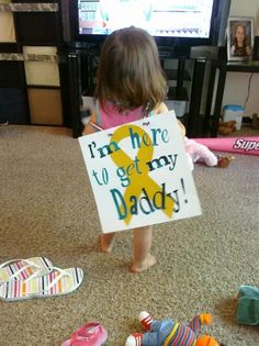 show me your welcome home signs.) - Page 2 - Sooo stinkin cute! Think ill do this for riley. The front says outta my way! Military Homecoming Signs, Homecoming Posters, Military Deployment, Military Wife, Welcome Home Signs For Military, Welcome Home Posters, Daddy Come Home, Welcome Home Parties, Army Party