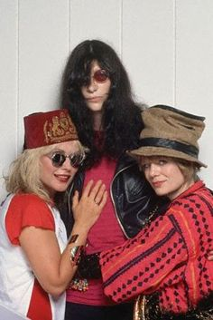 Debbie Harry (of Blondie), Joey Ramone(of the Ramones), and Tina Weymouth (formerly of Talking Heads) in Los Angeles for the Escape from New York Tour. Joey Ramone, Ramones, Punk Rock, Blondie Debbie Harry, Estilo Rock, Gabba Gabba, Rockn Roll, Sing To Me, Music Icon