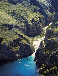 Torrent de Pareis y es un cañón de 3 km que atraviesa la Sierra de la Tramuntana y discurre entre paredes verticales. Sa Calobra- Mallorca