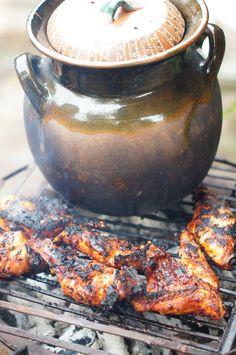 La olla de los frijoles con un conejo barnizado con pulque y chiles secos a las brasas.