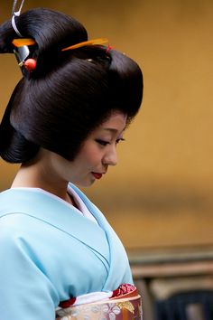 Geiko > her hair is so silky looking and she is beautiful
