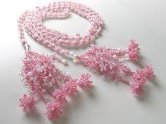 ピンクの小花付きふさふさビーズラリエット