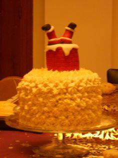 Tarta Navidad (Bizcocho de zanahoria relleno y cobertura de crema de queso, la chimenea también es bizcocho recubierto de fondant, las piernas de Papá Noel son de fondant)