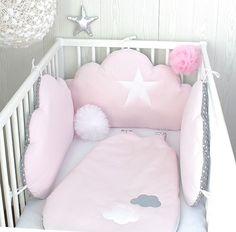 *Tour de lit bébé en 70cm large, nuages, 3 grands coussins rose poudré et gris à pois blancs  : Linge de lit enfants par petit-lion