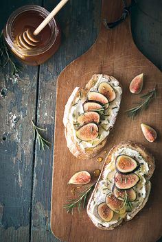 Fig, rosemary and goat cheese // Figue, rosmarin et tartine de chèvre Dinner Themes, Party Themes, Appetizer Recipes, Appetizers, Brunch Recipes, Brunch Ideas, Food Inspiration, Painting Inspiration, Love Food