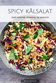 - Kålsalat med asiatisk dressing og peanuts - Coleslaw with asian dressing and peanuts,- use rice vinegar instead of soy? Easy Salad Recipes, Easy Salads, Asian Recipes, Vegetarian Recipes, Healthy Recipes, Ethnic Recipes, Waldorf Salat, Cottage Cheese Salad, Salad Dishes