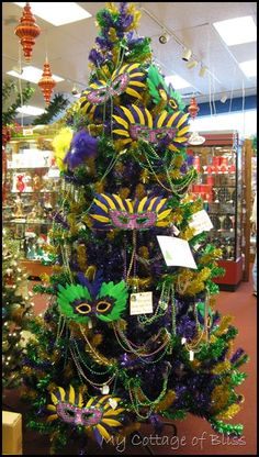 Mardi Gras Christmas tree with masks ... Good party decoration with stuff you have on hand