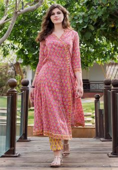 Indian Fashion Dresses, Dress Indian Style, Indian Designer Outfits, Simple Kurta Designs, Kurta Designs Women, Simple Pakistani Dresses, Pakistani Dress Design, Pakistani Kurta Designs, Stylish Dresses For Girls