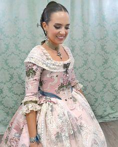 La imagen puede contener: una persona, de pie 18th Century Fashion, Traditional Fashion, Belle Epoque, Vintage Dresses, Fashion Looks, Formal Dresses, Spain, Instagram, Silk Skirt