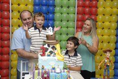 Família reunida para o parabéns. Felicidades ao aniversariante!