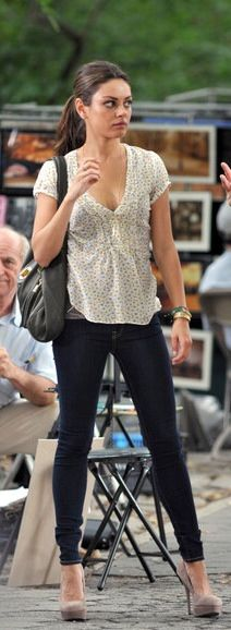 Mila Kunis - friends with benefits (skinny jeans with nude heels)