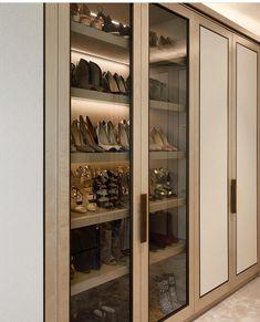 Uma vitrine para seus sapatos.... Inspiração✔️ #sapateira #armário #furniture #vitrine #closet #arquiteturadeinteriores #arquitetura #archlovers #archdesign #decoreseuestilo #decoração #decoration #detalhes #produção #design #decor #instadesign #homestyle #decorhome #decorazione #decoracaodeinteriores #interiores #archtecture #designdeinteriores #dicas #referencia #decorando #arquitetando