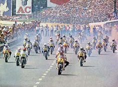 Start van de 500cc Francorchamps '77 met v.l.n.r: Steve Parrish (#11), Alan North (#33), Wil Hartog (#19), Marco Lucchinelli (#23),  Barry Sheene (#7) met vlak daarachter Giacomo Agostini (#1), Virginio Ferrari (#22), Teuvo Länsivuori (#41).