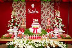Amooooooo esse tema!!!Apaixonada pela chapeuzinho vermelho feita pela mãe da Estela e pela decoradora Kalina Maurer da Komemore!Acompanhamos a Estela desde pequenininha.... O próximo post ( de amanha ) é o ensaio que fizemos dessa pequena chapeuzinho vermelho.