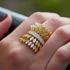 Elegant and sophisticated, Yellow sapphire diamond ring that you can add extra bit of fun to your club outfit Gems Jewelry, Bridal Jewelry, Diamond Jewelry, Jewelry Accessories, Fine Jewelry, Jewelry Design, Silver Jewelry, Antique Rings, Beautiful Rings