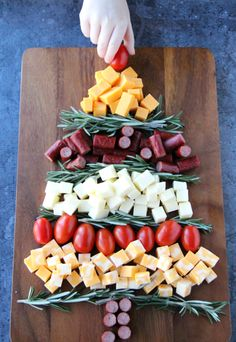 Easy Holiday Appetizer Idea - A simple and satisfying appetizer you can make in minutes! Need a simple and satisfying appetizer you can make in minutes? This Easy Holiday Appetizer Idea is the perfect cheese platter for the holidays! Christmas Party Food, Xmas Food, Christmas Cooking, Christmas Cheese, Christmas Bread, Christmas Meals, Christmas Place, Xmas Party, Holiday Treats