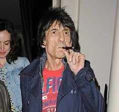A rock star like Rolling Stones guitarist Ronnie Wood using an e-cigarette shows they aren't just a novelty, and adds to their air of style. Hollywood Stars, Rolling Stones Guitarist, E Cig Liquid, Smoking Ban, Help Quit Smoking, Ronnie Wood, Stained Teeth, Star Wars, The Smoke