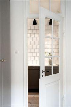 Dörrar med spröjsat glas och originalbeslag