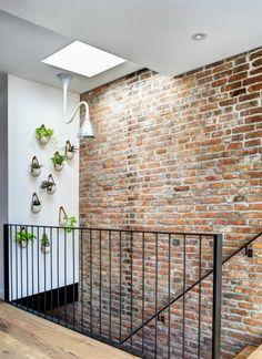 Magnifique mur en briques dans la montée d'un escalier                                                                                                                                                     Plus Brick Design, Mezzanine, Cafe Design, House Plants, Granite, Flood Zone, Stairs, Warehouse, Brooklyn