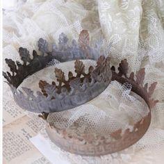 Mooie kroon van ijzer met donkere patina. Dia 13 cm.